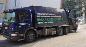 Oletko huomannut, että sen lisäksi, että kuljettaja tyhjentää roskat, hän tarvittaessa myös pesee jäteastian? Pesuoperaatio käynnissä auton