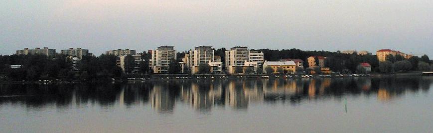 Lapsuuteni Tuirassa oli vain taustalla näkyviä vihreitä betonitaloja, ei todellakaan rannalla ilta-auringosta nauttivia maisemakoteja.