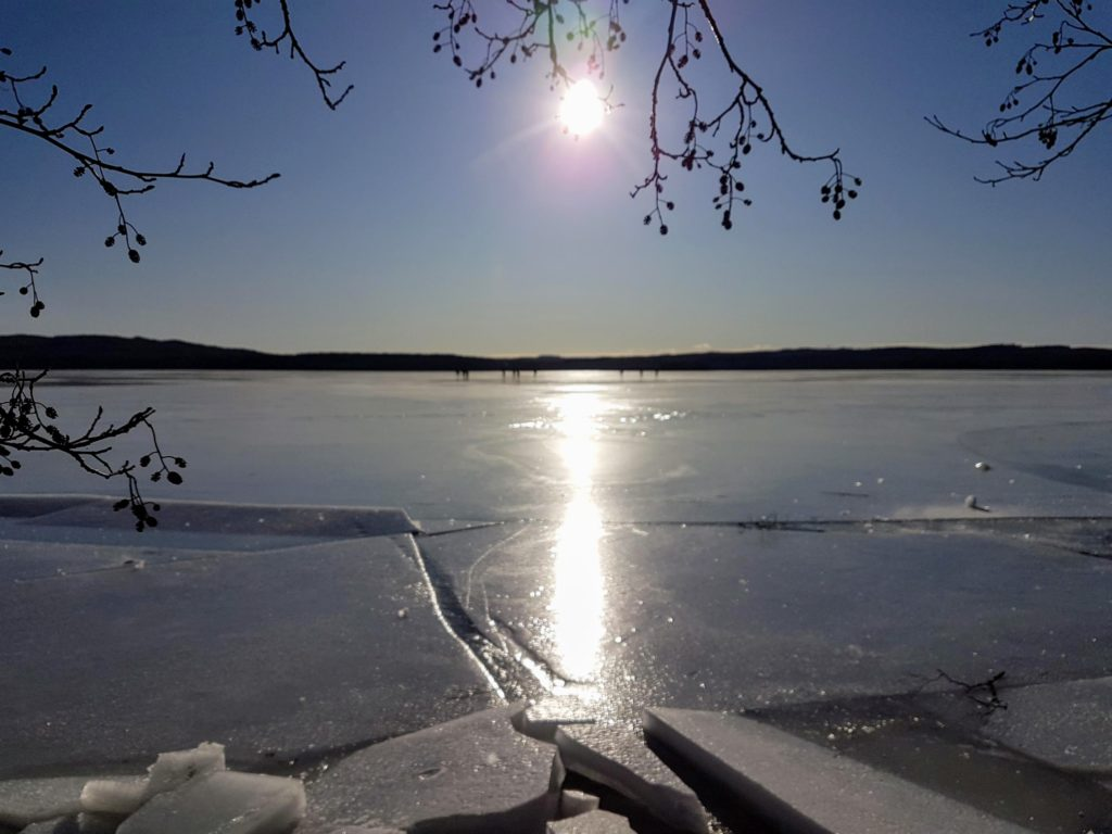 Retkiluistelijat Muuratjärvellä.