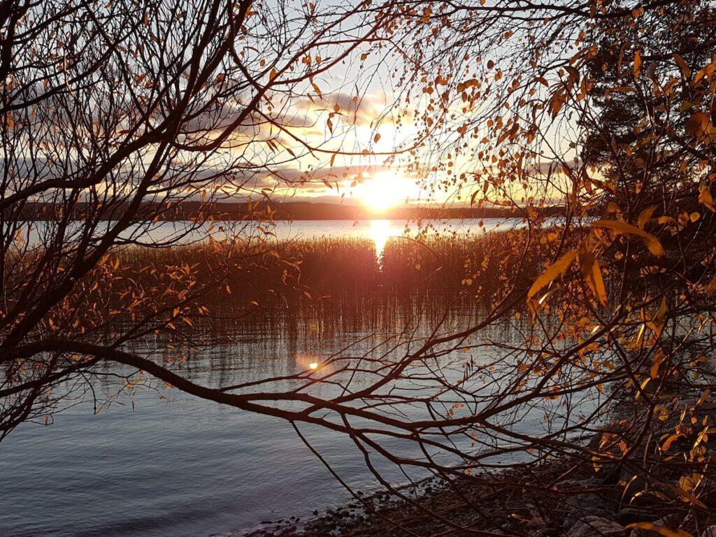 Auringonlasku Muuratjärvellä lokakuussa